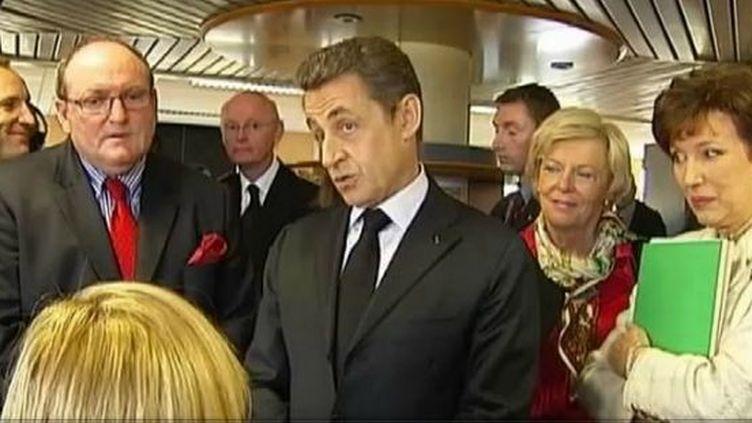 Nicolas Sarkozy visite la caisse d'allocations familiales de la Gironde, à Bordeaux, le 15 novembre 2011. (BENOÎT ZAGDOUN - FTVI / CHLOÉ CORMERY - FRANCE 2)