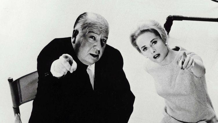 """Alfred Hitchcock et Tippi Hedren en 1963 dans le cadre de la promotion des """"Oiseaux"""".  (Kobal / The Picture Desk)"""