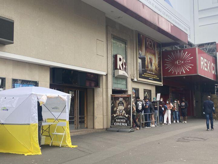 Devant l'entrée du cinéma Le Grand Rex, à Paris, une tente est disposée et propose aux clients n'ayant pas leur pass sanitaire de réaliser des tests antigéniques gratuits, le 10 août 2021. (RACHEL RODRIGUES / FRANCEINFO)