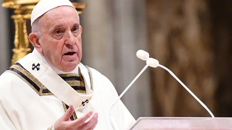 """Depuis la basilique Saint-Pierre de Rome, le pape s'est adressé aux fidèles le 24 décembre 2019, avant le traditionnel discours """"Urbi et Orbi"""" de Noël. (ALBERTO PIZZOLI / AFP)"""