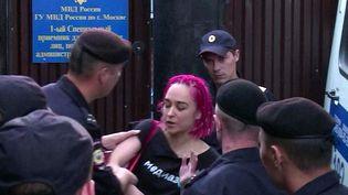 Olga Kuracheva arrêtée par la police à Moscou, le 30 juillet 2018. (REZA NOURMAMODE / AFP)
