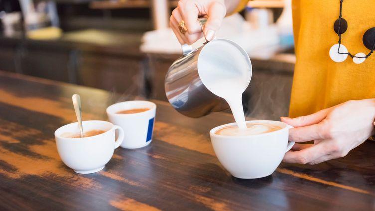 Selon l'Autorité européenne de sécurité des aliments (Efsa), la consommation de plus de 400 milligrammes de caféine par jour – soit plus de quatre expressos ou un mélange de café, sodas et boissons énergisantes – peut être nocive pour la santé. (DANIEL INGOLD / CULTURA CREATIVE / AFP)
