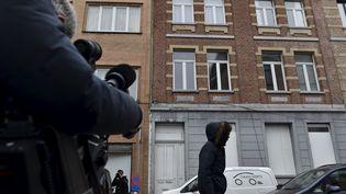 Des journalistes devant l'immeuble de Molenbeek où Salah Abdeslam a été arrêté, le18 mars 2016. (ERIC VIDAL / REUTERS)