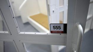 Une cellule de garde à vue dans les bâtiments de la police judiciaire à Paris, en 2017. (STEPHANE DE SAKUTIN / AFP)
