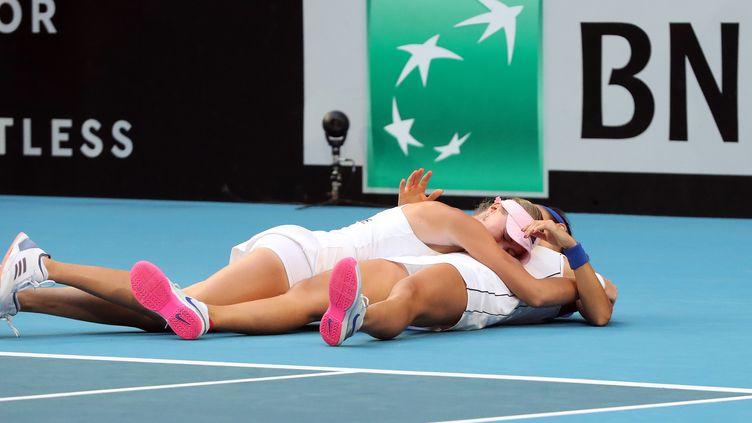 Caroline Garcia et Kristina Mladenovic après leur victoire en finale de Fed Cup, le 10 novembre 2019, à Perth. (TONY ASHBY / AFP)