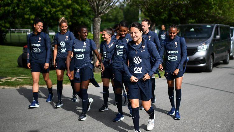 Les joueuses de l'équipe de France de football arrivent pour un entraînement à Clairefontaine (Yvelines), le 27 mai 2019. (FRANCK FIFE / AFP)