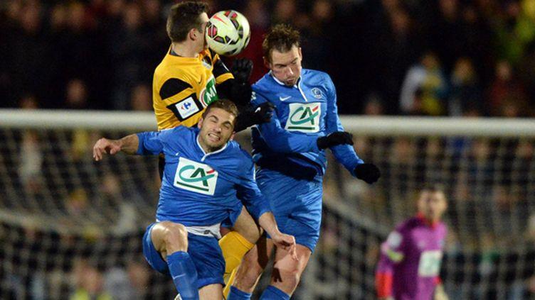 Les joueurs du Poirée-sur-Vie Damien Fanchan et Mathieu Fontaine, au duel aérien contre Bressuire