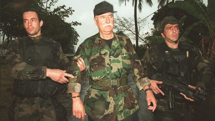Le mercenaire français Bob Denard, fait prisonnier par des militaires français le 5 octobre 1995, après son coup d'Etat aux Comores (ALEXANDER JOE / AFP)