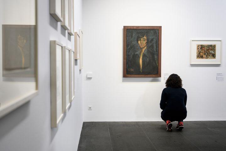 """Exposition """"Collection Gurlitt, état des lieux"""", ici à Berne : un visiteur devant le """"Portrait de Maschka Mueller"""" du peintre allemand Otto Müller.  (Fabrice COFFRINI / AFP)"""