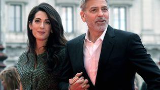 """L'avocate libano-britannique Amal Clooney et l'acteur américain George Clooneyarrivent à la première de """"Catch-22"""", le 13 mai 2019 à Rome en Italie. (TIZIANA FABI / AFP)"""