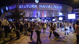 Une ambulance arrive à l'aéroport international d'Istanbul, cible d'un attentat-suicide, le 28 juin 2016.  (OZAN KOSE / AFP)