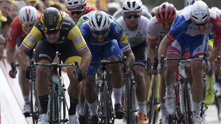 Dylan Gronewegen (Lotto-Jumbo) domine le sprint à Chartres devant Gaviria, Sagan et Démare (PHILIPPE LOPEZ / AFP)