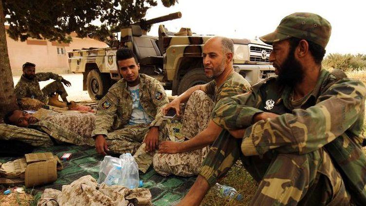 Les forces libyennes, fidèles à l'homme fort de l'Est, Khalifa Haftar, hospitalisé à Paris, près de la ville côtière de Derna, le 14 avril 2018, dans l'attente du début des opérations pour reprendre la ville aux combattants du groupe djihadiste. (Abdullah DOMA/AFP)