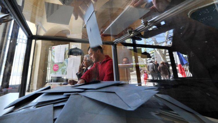 Dans un bureau de vote de Marseille (Bouches-du-Rhône), le 22 avril 2012. (GERARD JULIEN / AFP)