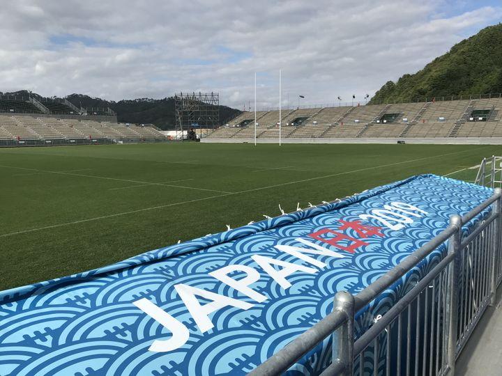 Le Kamaishi Unosumai Memorial Stadium, symbole de la renaissance de la ville, accueille deux matches de la Coupe du Monde de rugby. (JEROME VAL / FRANCEINFO)