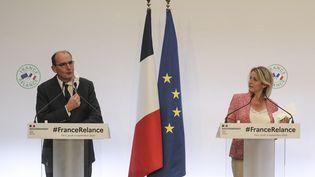 Le Premier ministre Jean Castex et la ministre de la Transition écologique, Barbara Pompili lors de la présentation du plan de relance, à Paris, le jeudi 3 septembre. (LUDOVIC MARIN / AFP)