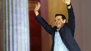 Alexis Tsipras salue ses militants après la victoire du parti de gauche radicale Syriza, le 25 janvier 2015, à Athènes (Grèce). ( ALKIS KONSTANTINIDIS / REUTERS)