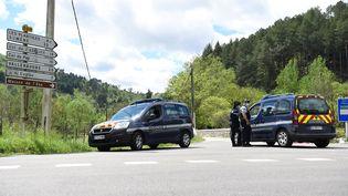Les gendarmes forment un barrage sur un carrefour à proximité du village des Plantiers (Gard), le 11 mai 2021. (SYLVAIN THOMAS / AFP)