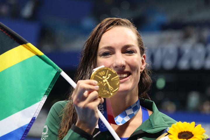 Tatjana Schoenmaker célèbre son succès en finale du 200m brasseaux Jeux olympiques de Tokyo, le 30 juillet (TETSU JOKO / YOMIURI)