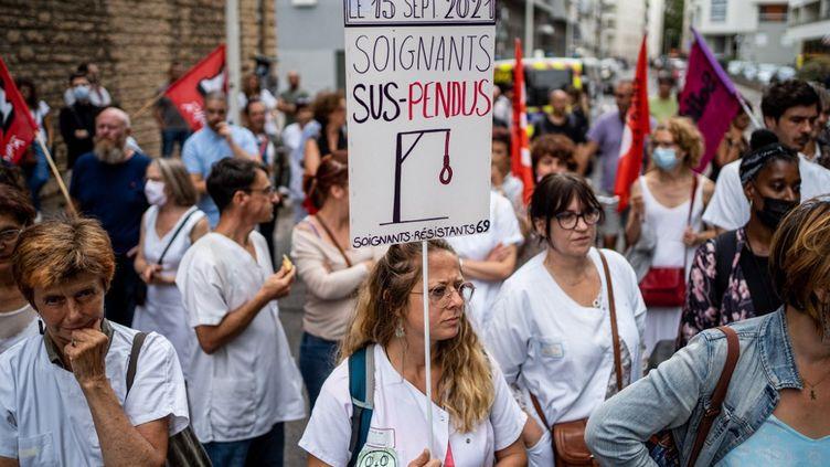 Des soignants manifestent contre l'obligation vaccinale à Lyon (Rhône), le 14 septembre 2021. (NICOLAS LIPONNE / HANS LUCAS / AFP)