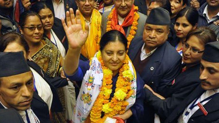 Katmandou, au Népal, le 28 octobre 2015: Bidhya Devi Bhandari salue ses partisans alors qu'elle quitte le Parlement après sa victoire électorale. Elle devient la première présidente du pays. ( AFP PHOTO / Prakash MATHEMA)