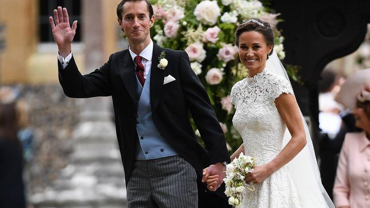 Pippa Middleton et James Matthews quittent l'église Saint Mark's, à Englefield (Royaume-Uni), le 20 mai 2017, où ils ont célébré leur mariage religieux. (JUSTIN TALLIS / POOL)