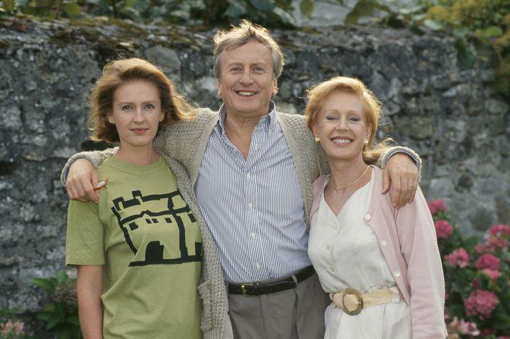 """Catherine Riche (à droite de la photo) avec son mari Claude Rich et sa fille Delphine. Photo prise durant le tournage du film pour la télévision """"La vérité en face"""", réalisé par Etienne Perrier (1992) (RUSSEIL CHRISTOPHE / SYGMA)"""
