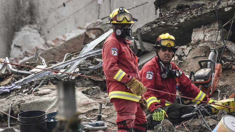 Des secouiristes mexicains à la recherche de survivants après le séisme du 26 septembre 2017. (RONALDO SCHEMIDT / AFP)