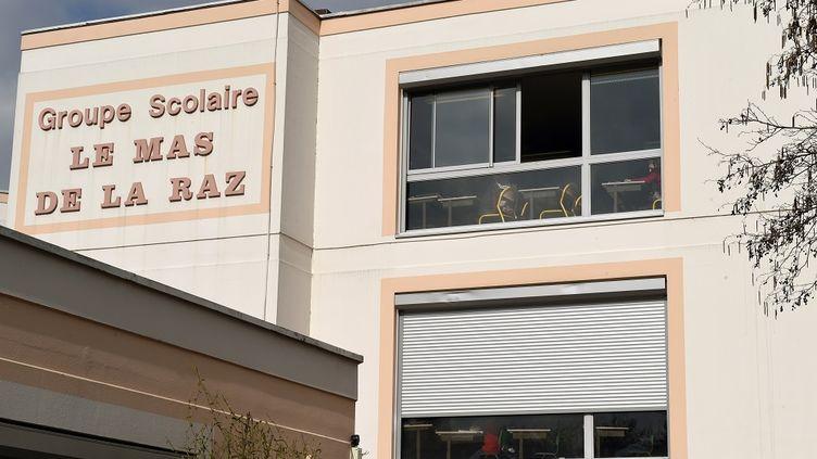 """L'école """"Le mas de la Raz"""" à Villefontaine (Isère), dont le directeur, soupçonné d'avoir violé plusieurs élèves, a été arrêté le 23 mars 2015. (PHILIPPE DESMAZES / AFP)"""
