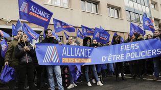 Des membres du syndicat de policiers Alliance manifestent devant le commissariat de Champigny-sur-Marne (Val-de-Marne), le 2 janvier 2018. (THOMAS SAMSON / AFP)