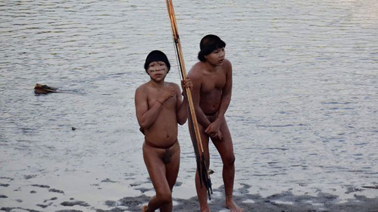 Des photos révélées par la Funai montrant des Indiens isolés filmés le 30 juin 2014, au bord de la rivière Envira, dans l'Etat de l'Acre, au Brésil. (HO / FUNAI / AFP)