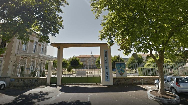 L'entrée du28e régiment de transmission d'Issoire (Puy-de-Dôme). (GOOGLE MAPS / FRANCEINFO)