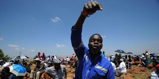Un mineur en grève en train d'appeler ses collègues à une manifestation à Carletonville (nord-ouest de Johannesburg) (22-10-2012) (AFP - ALEXANDER JOE )