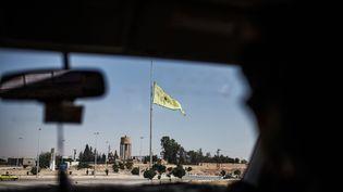 Une unité de protection kurde à Tal Abyad, dans le nord de la Syrie, près de Raqqa, le 22 juin 2015. (UYGAR ONDER SIMSEK / AFP)