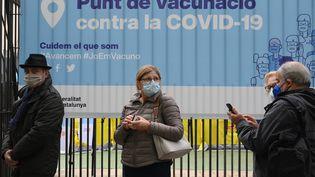 Une file d'attente devant un centre de vaccination contre le Covid-19, le 26 avril 2021 à Barcelone (Espagne). (LLUIS GENE / AFP)