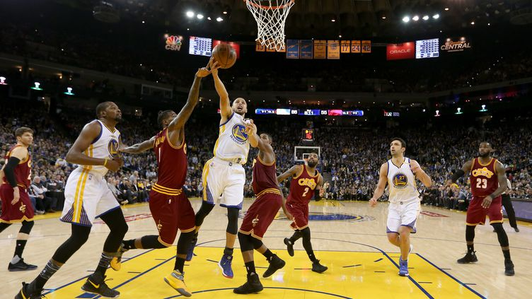 Stephen Curry sous le panier (EZRA SHAW / GETTY IMAGES NORTH AMERICA)