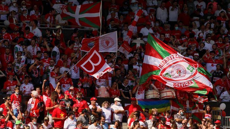 Des supporters de Biarritz (Pyrénées-Atlantiques), le 12 juin 2021 au stage Aguiléra, à Biarritz. (THIBAULT SOUNY / AFP)