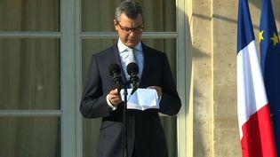 Alexis Kohler, le secrétaire général de l'Elysée, annonce la composition du nouveau gouvernement sur le perron du palais de l'Elysée. (DAVID CANTINIAUX / AFPTV)
