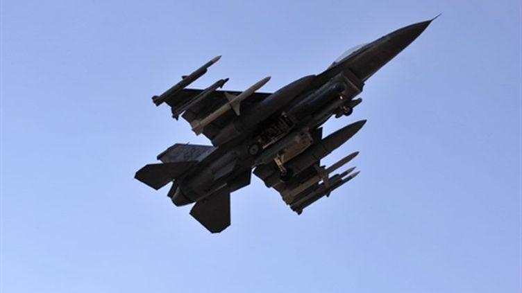 Un F-16 américain, participant aux frappes aériennes en Libye, au-dessus de la base italienne d'Aviano (21/03/11) (AFP / Giuseppe Capace)