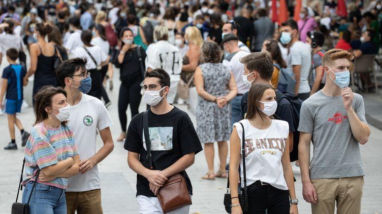 Des passants déambulent sur la rue de la République, à Lyon, le 19 septembre 2020. (SEBASTIEN RIEUSSEC / HANS LUCAS / AFP)
