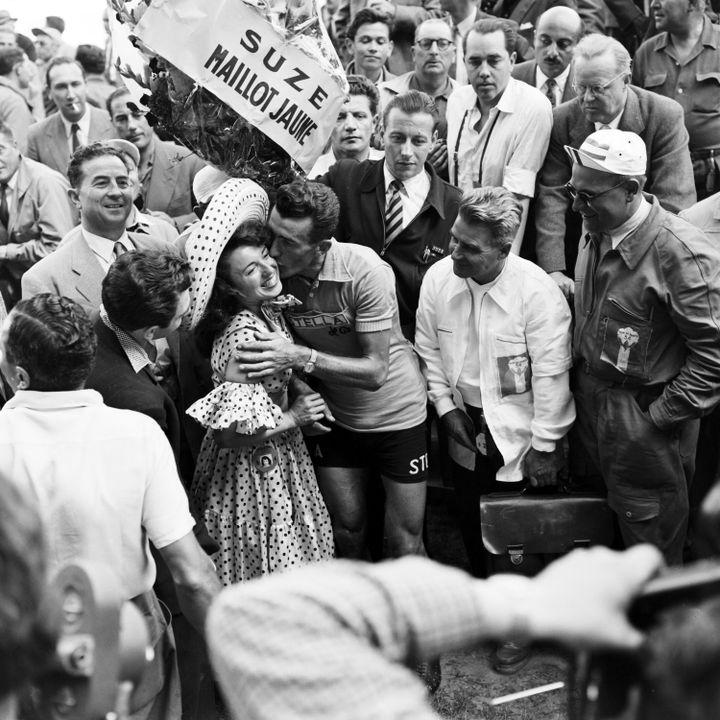 Le maillot jaune Louison Bobet embrasse l'accordéoniste Yvette Horner (avec le sombrero) à l'arrivée du Tour de France 1954, à Paris. (DANIEL FALLOT / INA)