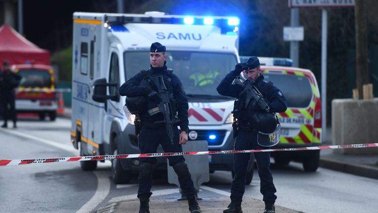 Des forces de l'ordre à L'Haÿ-les-Roses (Val-de-Marne), ville où l'assaillant à l'arme blanche de Villejuif a été abattu par la police, le 3 janvier 2020. (CHRISTOPHE ARCHAMBAULT / AFP)
