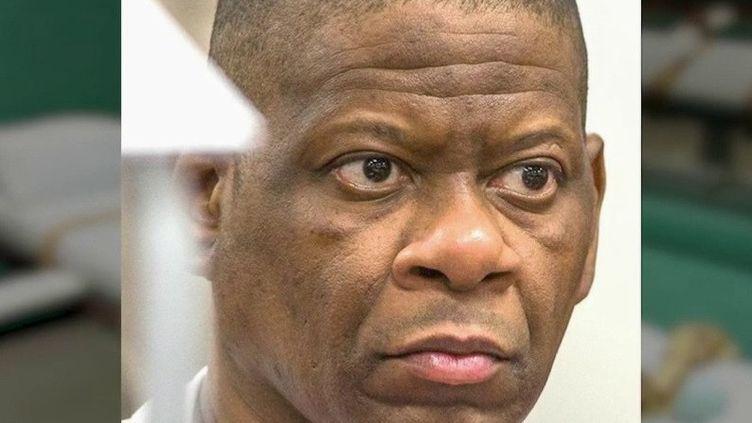 Cela fait plus de 20 ans qu'il patiente dans les couloirs de la mort au Texas. Rodney Reed aurait dû être exécuté mercredi 20 novembre, mais il a obtenu un sursis de 120 jours. Cet Afro-Américain, condamné à mort pour le viol et le meurtre d'une femme blanche en 1998, pourrait être innocenté par le témoignage d'un suprémaciste blanc. (france 2)