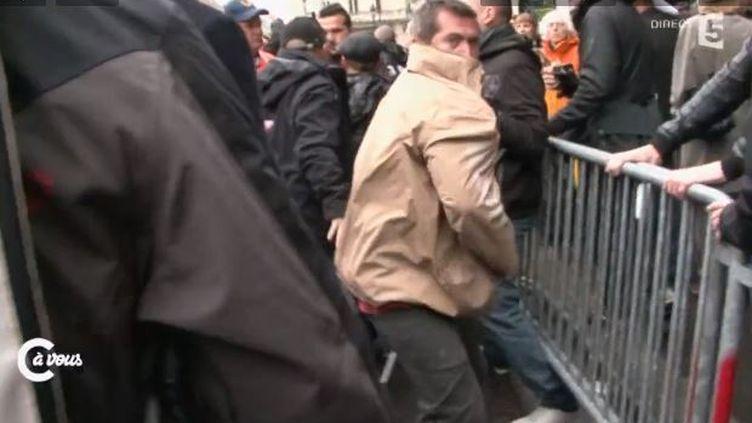 Bousculade et violencecontre la presse par des militants du FN le 1er mai 2015 à Paris (FRANCE 5 )