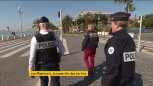 Des policiers contrôlent la population (FRANCEINFO)
