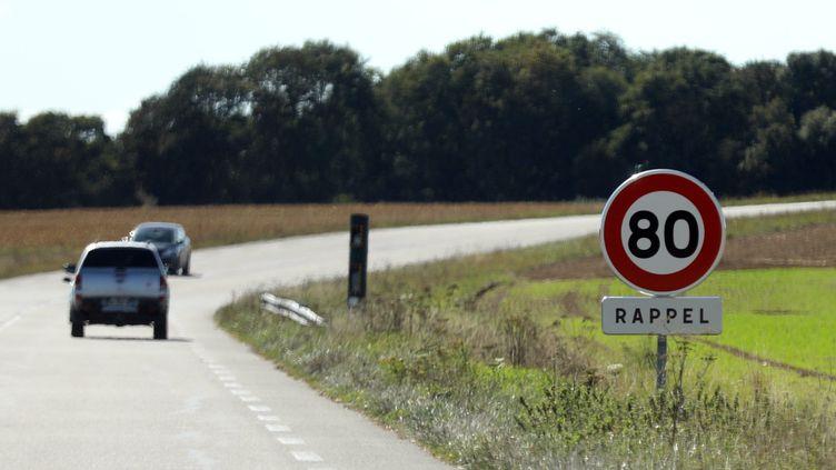 Une route avec un panneau 80 km/h. (JEAN-BAPTISTE QUENTIN / MAXPPP)