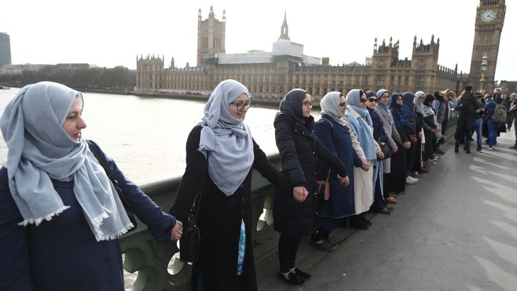 Hommage des femmes musulmanes aux victimesde l'attentat de Londres. Chaînehumaine sur le pont Westminster, le 26 mars 2017 (REUTERS)