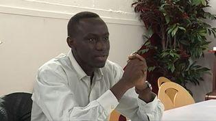 """Une équipe de France 3 est allée à la rencontre d'Alameldine, un réfugié soudanais de 26 ans qui suit des cours à la prestigieuse École normale supérieure (ENS) grâce au programme """"Etudiant invité"""". (FRANCE 3)"""