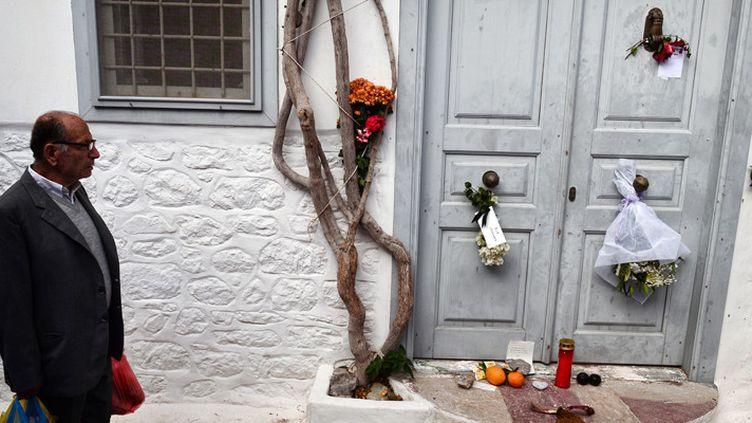 Des habitants de l'île d'Hydra ont déposé des fleurs et différents objets en hommage à leur voisin disparu, Leonard Cohen (12 novembre 2016)  (Louisa Gouliamaki / AFP)