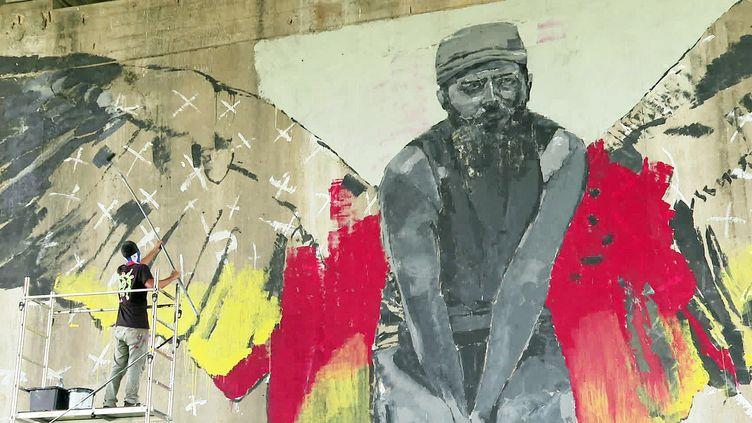 Le street artiste cubainMr Myl en pleine création sous le pont d'Aquitaine à Bordeaux (France 3 Nouvelle Aquitaine)